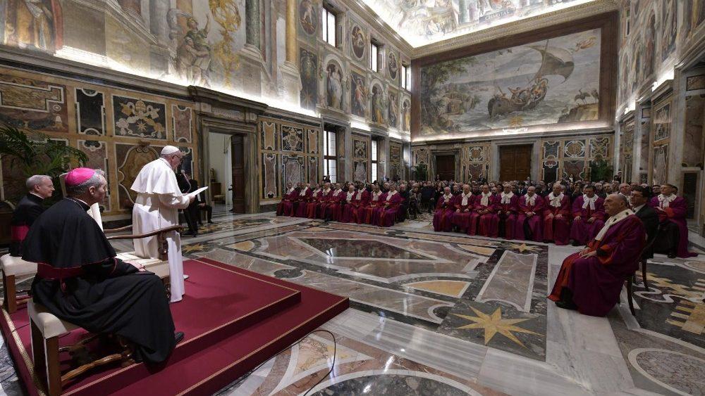 Papa discursa para cardeais